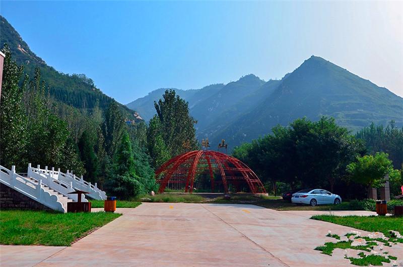 小秦岭地质公园娘娘山风景区位于河南省灵宝市西南11公里处,交通十分