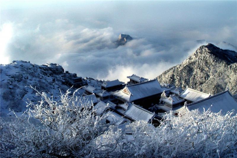 泰山风景区分麓,幽,妙,奥,旷五区,其中麓区山水相映,古刹幽深,位于