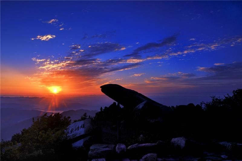 泰山风景区内,有山峰156座,崖岭143座,名洞72处,奇石72块,溪谷130条