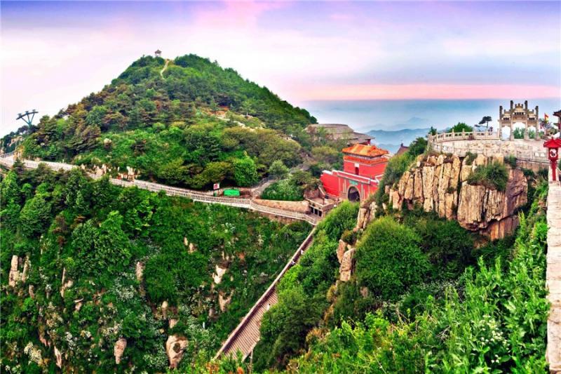泰山风景区的名胜古迹众多,主要的景点有岱庙,普照寺,王母池,关帝庙
