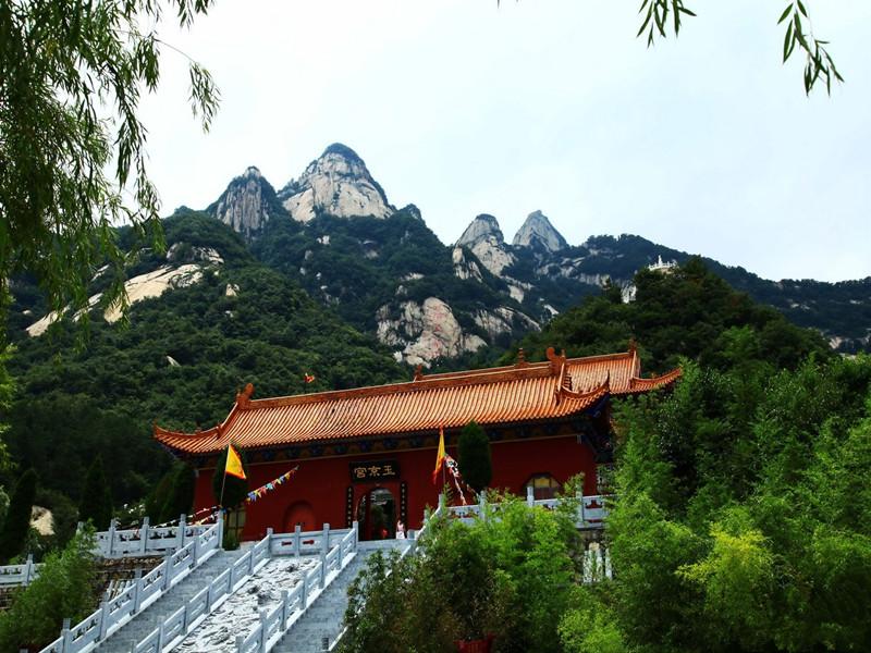 五朵山旅游区位于河南省南召县四棵树乡境内,是伏牛山世界地质公园的